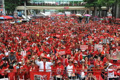 Duizenden van Rood Overhemdenprotest in Bangkok Stock Afbeeldingen