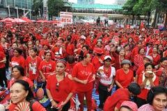 Duizenden van Rood Overhemdenprotest in Bangkok Stock Foto's