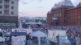 Duizenden ventilators in centrum van het vieren van Moskou overwinning van Russisch voetbalteam stock video