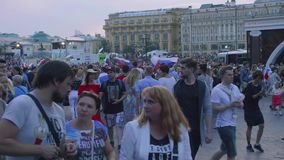 Duizenden ventilators in centrum van het vieren van Moskou overwinning van Russisch voetbalteam stock footage
