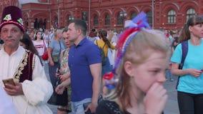 Duizenden ventilators in centrum van het vieren van Moskou overwinning van Russisch voetbalteam stock videobeelden