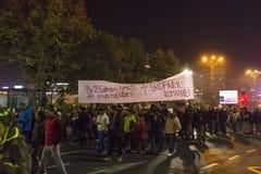 Duizendenprotesteerders in Boekarest Stock Afbeelding