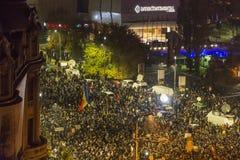 Duizendenprotesteerders in Boekarest Stock Foto's