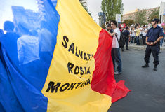 Duizendenverzameling in Roemenië tegen Canadees-Gecontroleerde goudmijn op Boekarest Stock Foto's