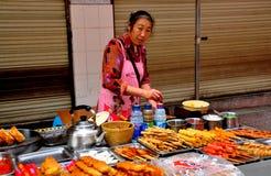 Dujiangyan, China: Mujer que vende las carnes asadas a la parrilla Imágenes de archivo libres de regalías