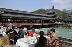 Dujiangyan, China: Ponte & restaurante de Nan Qiao Fotografia de Stock Royalty Free