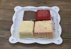 Dukan bantar Uppsättningen av kakan, röd sammet, den Napoleon kakan, nytt läckert för morotkaka bantar kakan på Dukan bantar på e Fotografering för Bildbyråer