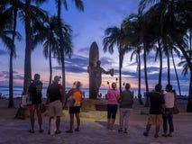 Duke Kahanamoku Statue en la oscuridad fotos de archivo libres de regalías