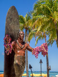 Duke Kahanamoku Statue på den Waikiki stranden Royaltyfri Fotografi