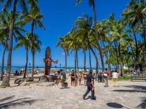 Duke Kahanamoku Statue på den Waikiki stranden Arkivbild