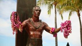 Duke Kahanamoku Statue, praia de Waikiki, Honolulu, Oahu, Havaí video estoque