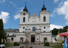 Dukla, Πολωνία - 22 Ιουλίου 2016: Παλαιό άγαλμα της Mary μπροστά από το θόριο στοκ εικόνες με δικαίωμα ελεύθερης χρήσης