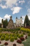Dukla Polen - Juli 22, 2016: Gammal staty av Mary framme av th Royaltyfria Bilder