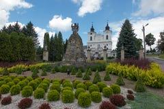 Dukla, Polonia - 22 luglio 2016: Vecchia statua di Maria davanti a Th immagini stock libere da diritti