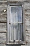 Dukvalstrikken op de vensterbank van het blokhuisvenster stock foto