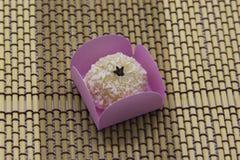 Dulce brasile?o tradicional con el coco rallado Beijinho foto de archivo libre de regalías