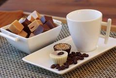 Dulce de azúcar de chocolate, caramelos y granos de café Foto de archivo libre de regalías