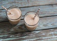 Dulce di leche e frappé del gelato in vetri su un fondo di legno Fotografia Stock