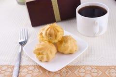 _dulce poner crema torta con café y regalo Imagenes de archivo