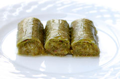 Dulce turco delicioso, nueces de pistacho verdes envueltas y x28; Sarma y x29; Imágenes de archivo libres de regalías