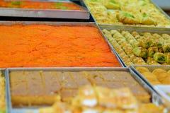 Dulces árabes en el mercado imagenes de archivo