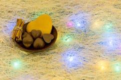 Dulces bajo la forma de corazones en una placa de la arcilla Guirnalda multicolora Imagenes de archivo