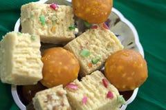 Dulces coloridos de Diwali del indio en un plato de plata llano foto de archivo libre de regalías