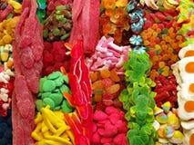 Dulces coloridos en una parada del bocado Foto de archivo libre de regalías