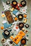 Dulces con símbolos de la Navidad, juguetes, árbol del chocolate Fotografía de archivo