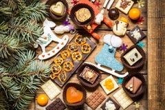 Dulces con símbolos de la Navidad, juguetes, árbol del chocolate Imágenes de archivo libres de regalías