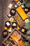 Dulces con símbolos de la Navidad, juguetes, árbol del chocolate Imagenes de archivo