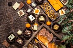 Dulces con símbolos de la Navidad, juguetes, árbol del chocolate Fotos de archivo libres de regalías