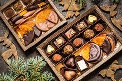 Dulces con símbolos de la Navidad, juguetes, árbol del chocolate Imagen de archivo