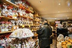 Dulces de compra de la Navidad de la gente en el mercado de la Navidad Imagen de archivo