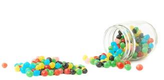 Dulces de la bola del caramelo que caen de un tarro Foto de archivo libre de regalías