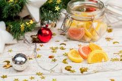Dulces de la Navidad debajo del árbol Imagenes de archivo