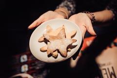Dulces de la Navidad que cuecen las galletas del pan de jengibre en la placa Fotos de archivo libres de regalías