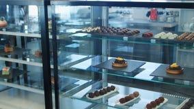 Dulces de Warious en ventana de la tienda Imagenes de archivo