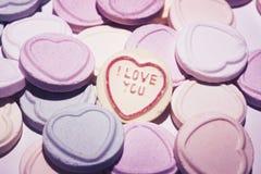 Dulces del caramelo de Lovehearts para día de San Valentín foto de archivo