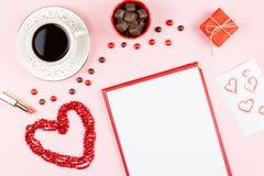 Dulces del chocolate, bebida caliente, lápiz labial, hoja de papel, caja de regalo Fondo femenino en colores rojos y blancos Fotografía de archivo