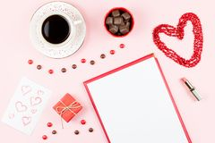 Dulces del chocolate, bebida caliente, lápiz labial, hoja de papel, caja de regalo Fondo femenino en colores rojos y blancos Fotografía de archivo libre de regalías