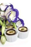 Dulces del chocolate con las flores (lisianthus) fotografía de archivo libre de regalías