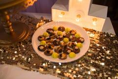 Dulces del chocolate con las nueces presentadas en una placa imagen de archivo libre de regalías