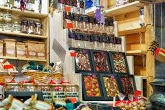 Dulces del chocolate en el soporte durante el mercado de la Navidad de Riga Foto de archivo libre de regalías