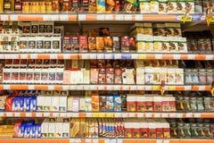 Dulces del chocolate en estante del supermercado Foto de archivo libre de regalías