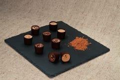 Dulces del chocolate en la placa de la pizarra Fotografía de archivo libre de regalías