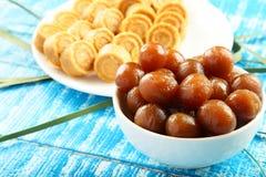 Dulces dulces del coco de la comida del vegano de Diwali del indio con el jamun del gulab Fotografía de archivo