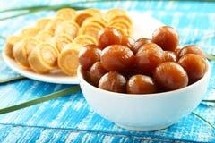 Dulces dulces del coco de la comida del vegano de Diwali del indio con el jamun del gulab Imagen de archivo libre de regalías