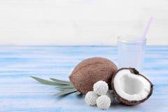 dulces del coco y leche de coco en un fondo de madera azul Fotos de archivo