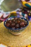 Dulces del este en los platos del Medio Oriente con oro y en el paño tártaro imagen de archivo